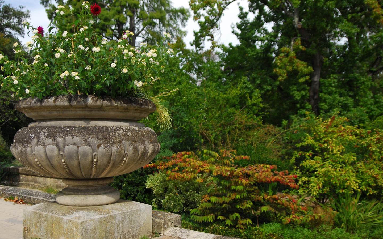 kamienne elementy dekorują taras w parku miejskim w Bordeaux