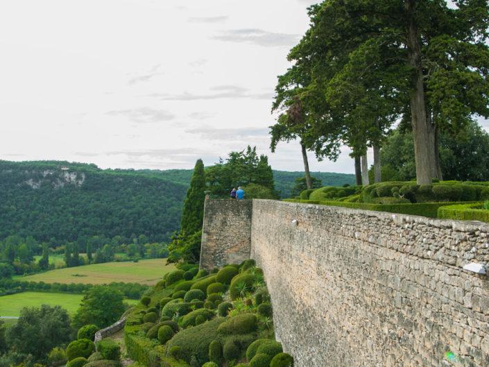widok na mur i cięte bukszpany w parku Marqueyssac