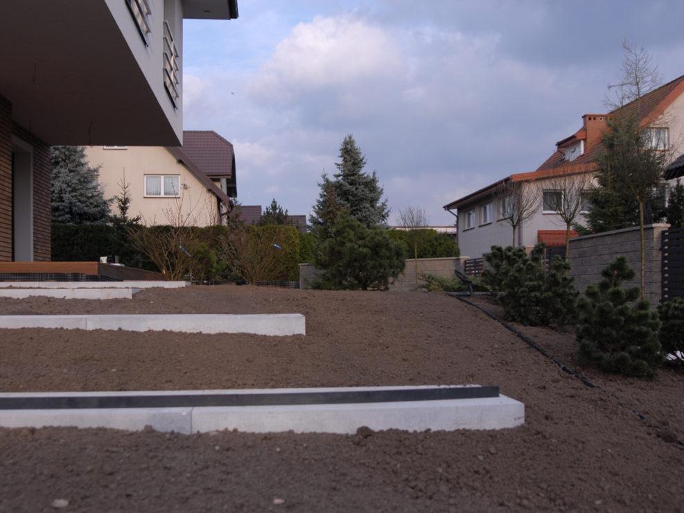 przygotowana ziemia pod trawnik