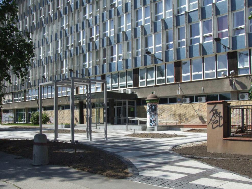 widok na wejście frontowe do budynku politechniki
